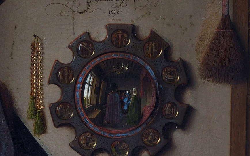 Зеркало, четки, веник на стене позади семейства,